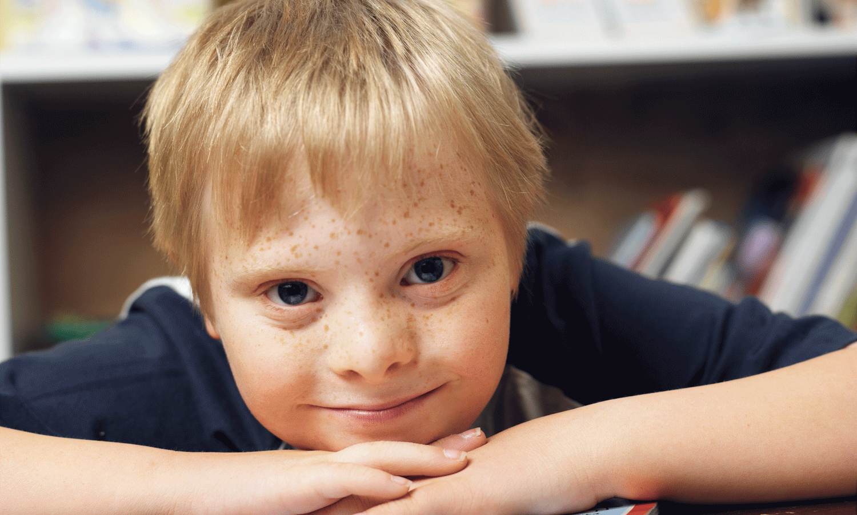صبي في المكتبة